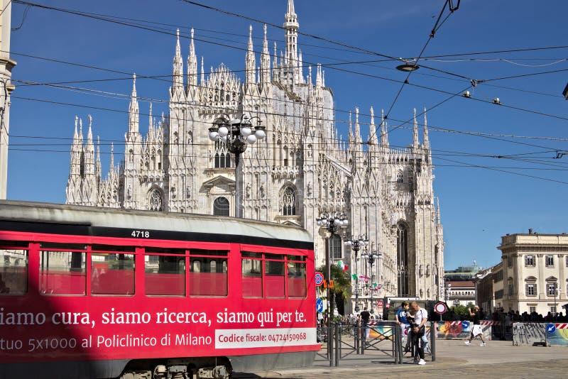 Piazza del Duomo in Milaan met mensen en trams De voorgevel van t royalty-vrije stock afbeelding