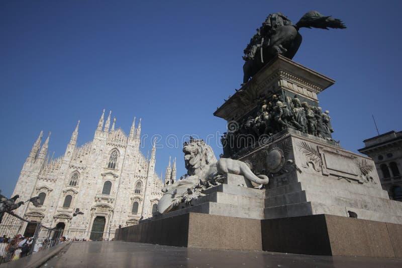 Piazza Del Duomo Milano, Sławny biały Architektoniczny katedralny kościół pod niebieskim niebem przy Mediolan wielki kościół w Wł fotografia stock