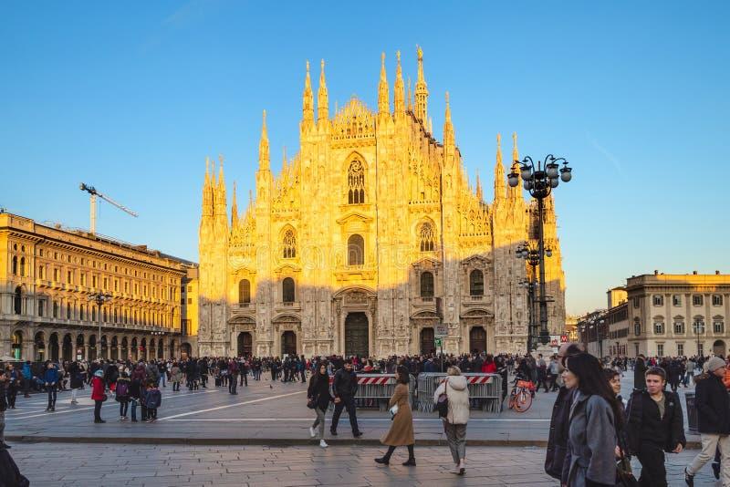Piazza del Duomo och Milan Cathedral på solnedgången royaltyfria foton