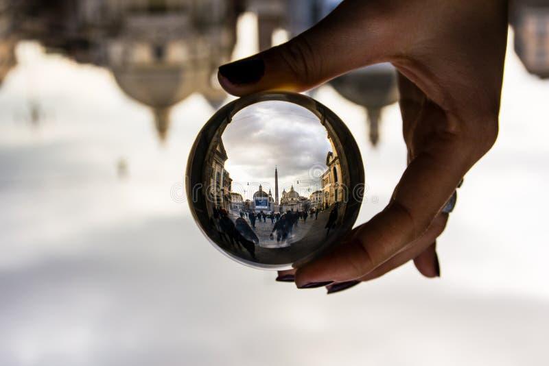 Piazza del Popolo在罗马,有剧烈的云彩的意大利通过玻璃球形 免版税库存图片