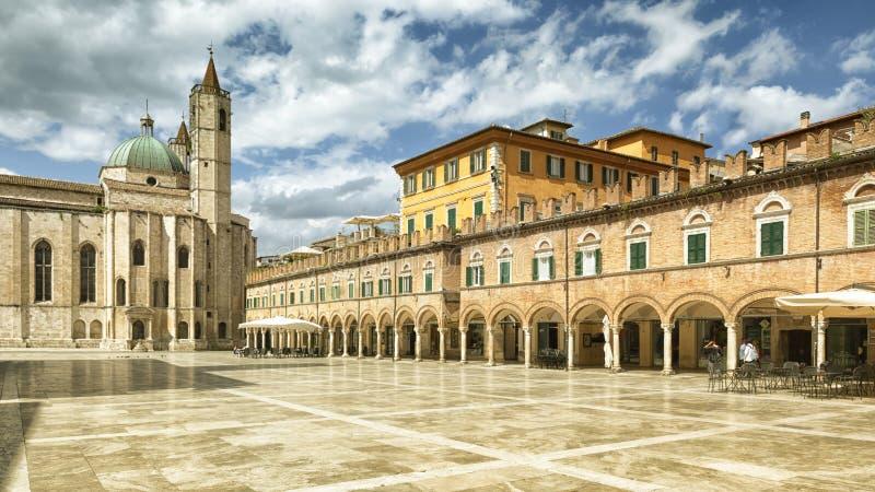 Piazza del Popolo i Ascoli Piceno Italien royaltyfri fotografi