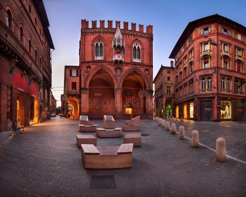 Piazza della Mercanzia en Palazzo-della Mercanzia in Mornin royalty-vrije stock fotografie