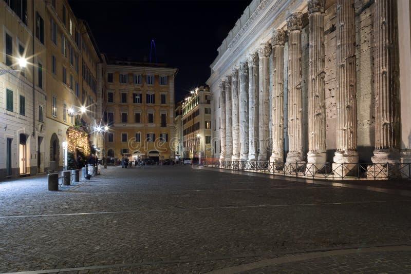 Piazza di Pietra et le temple de Hadrian à Rome Scène de nuit photos stock