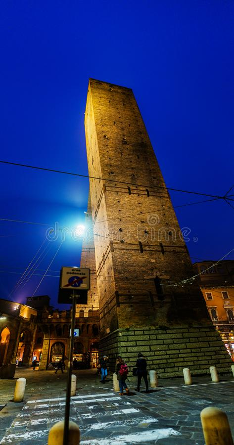 Piazza di Porta Ravegnana i bolognaen, Italien royaltyfri foto
