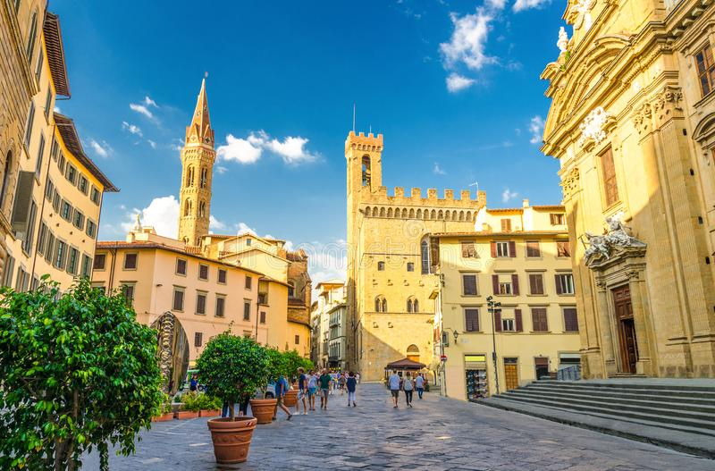 Piazza Di San Firenze vierkant met Chiesa San Filippo Neri, de katholiek kerk van Badia Fiorentina Monastero en Bargello-museum i stock afbeelding