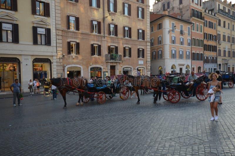 Piazza Di Spagna, Fontana della Barcaccia, fracht, miasteczko, koń i powozik, tryb transport obraz stock
