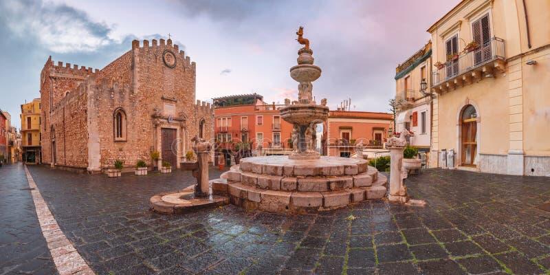 Piazza Duomo em Taormina, Sicília, Itália imagem de stock