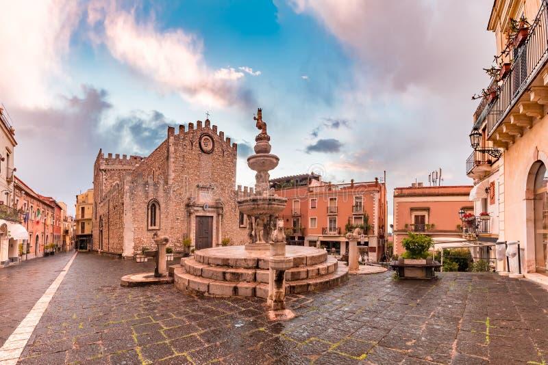 Piazza Duomo em Taormina, Sic?lia, It?lia imagem de stock
