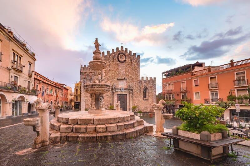 Piazza Duomo em Taormina, Sic?lia, It?lia fotos de stock