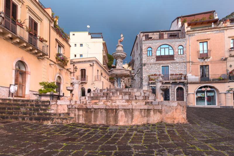 Piazza Duomo em Taormina, Sic?lia, It?lia imagens de stock