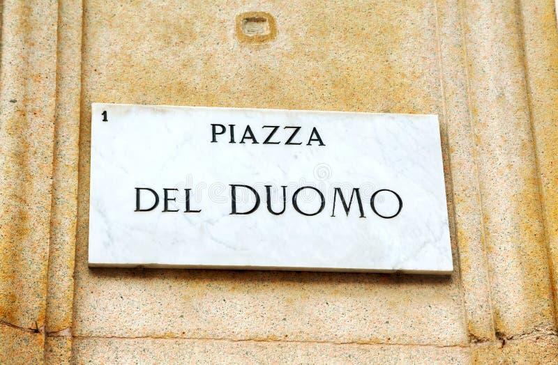 Piazza Duomo firma dentro Milano fotografie stock libere da diritti
