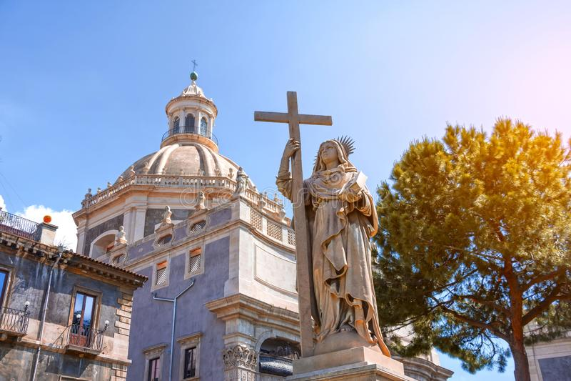 Piazza Duomo Statue framför Badia di Sant'Agata Italia i Catania på Sicilien, Italien arkivbild