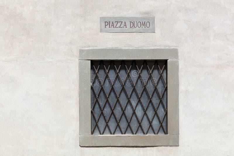 Piazza Duomo undertecknar in övrestaden i Bergamo arkivfoton