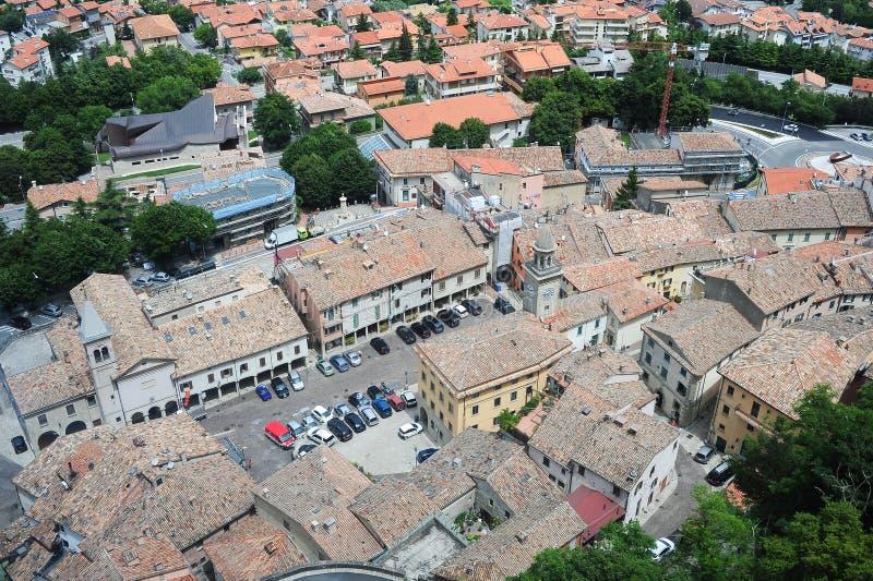 Piazza grande e chiesa del suffragio su Borgo Maggiore immagini stock