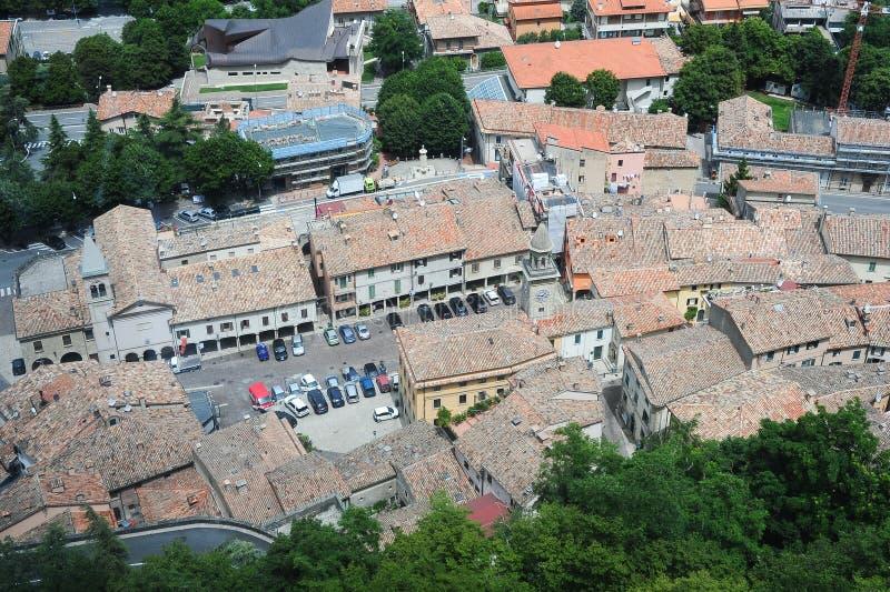 Piazza grande e chiesa del suffragio su Borgo Maggiore fotografie stock libere da diritti
