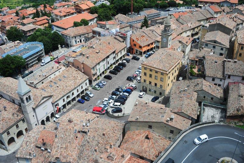 Piazza grande e chiesa del suffragio su Borgo Maggiore immagine stock