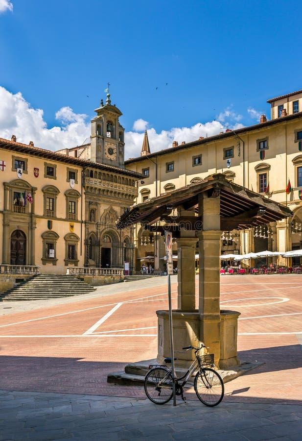 Piazza Grande o quadrado principal da cidade de tuscan Arezzo, Itália fotos de stock