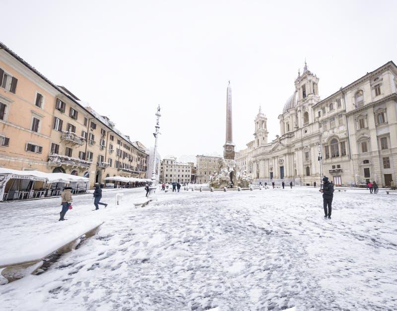 Piazza Navona i Rome täckte med snö med medborgare och turister som går i under efter det ovanliga snöfallet av Februari 26th 2 fotografering för bildbyråer
