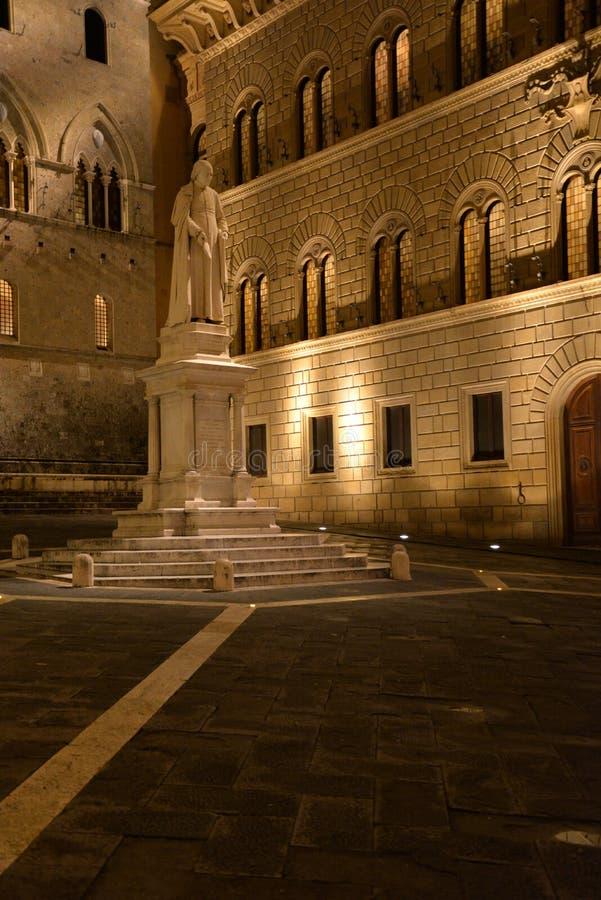 Piazza Salimbeni, Siena, Italien Renässansslott i det gamla centret vid natt arkivfoto
