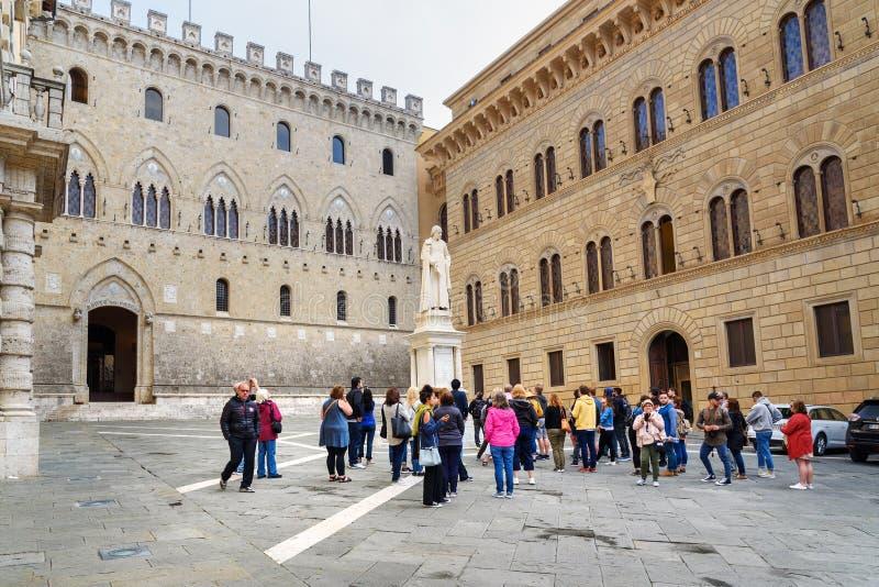 Piazza Salimbeni is vierkant met Standbeeld van Sallustio Bandini in oude stad Siena Toscanië, Italië royalty-vrije stock afbeelding