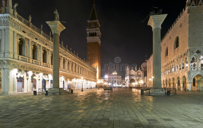 Piazza San Marco alla notte a Venezia immagine stock libera da diritti