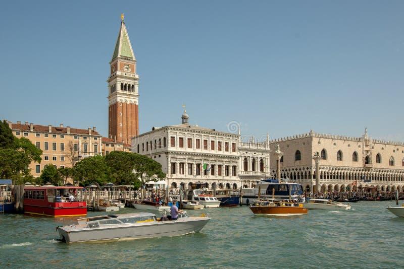 Piazza San Marco i Venedig som ses från vattnet fotografering för bildbyråer