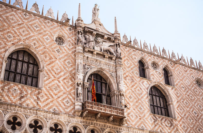 Piazza San Marco med basilikan av St Mark och klockatornet av Sts Mark Campanile royaltyfria bilder