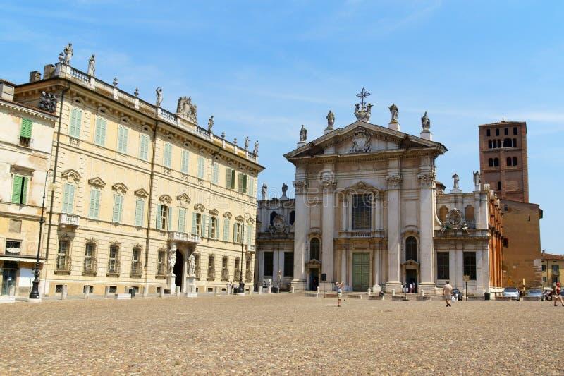 Piazza Sordello och domkyrkan i Mantua, Italien royaltyfria foton