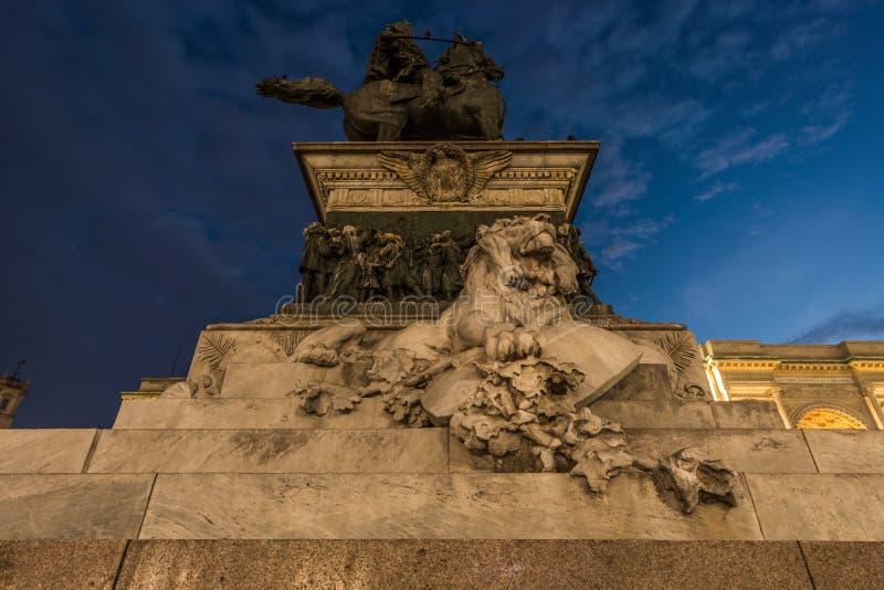 Piazza van Milaan duomo bij het monument van de nachtleeuw stock afbeeldingen