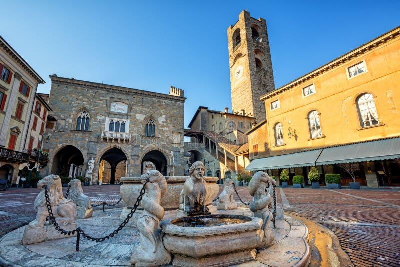Piazza Vecchia i Bergamo den gamla staden, Italien royaltyfri foto