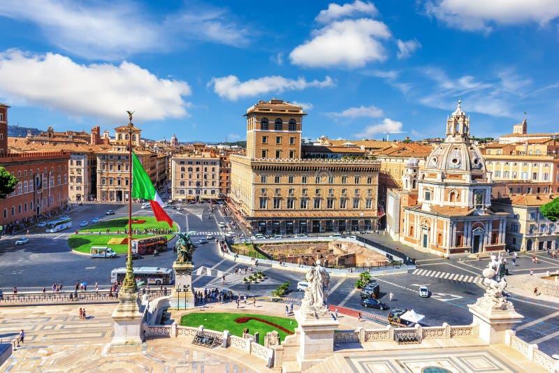 Piazza Venezia, Basiliek Ulpia en Standbeelden van Vittoriano in Rome stock foto's