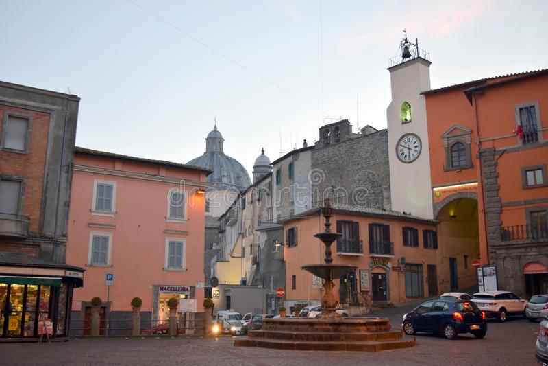 Piazza Vittorio Emanuele fontanna i zegar, Montefiascone, Viterbo, Włochy zdjęcie stock