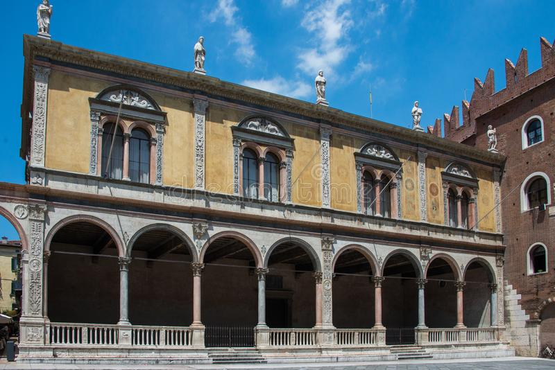 PiazzadeiSignori och Loggia del Consiglio i Verona arkivfoton