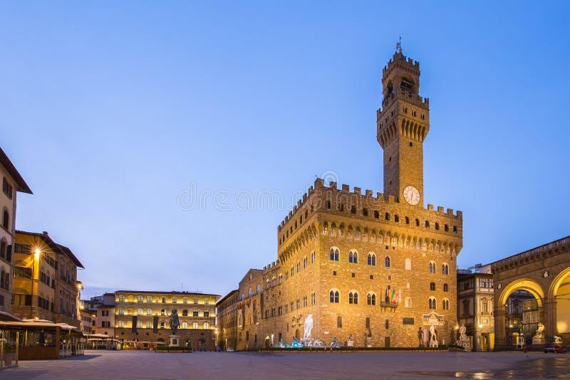Piazzadella Signoria framme av Palazzoen Vecchio i Florenc royaltyfri fotografi