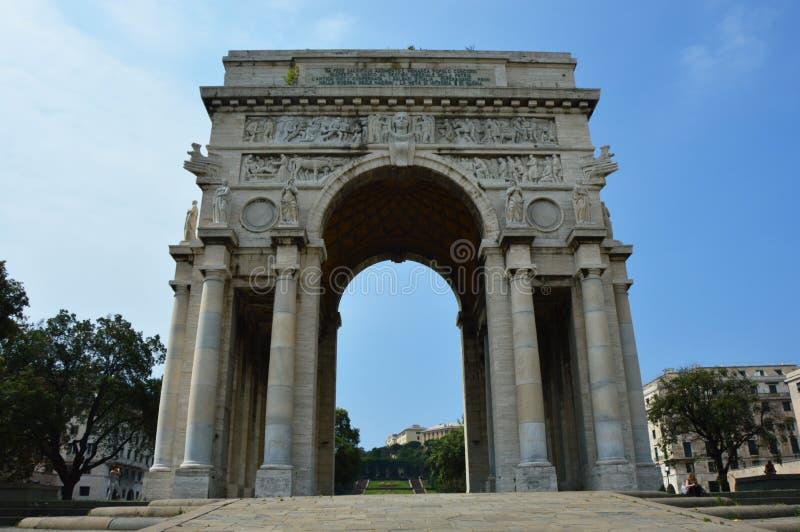 Piazzadella Vittoria - segerfyrkant i Genua med bågen av triumfen, Liguria, Italien arkivfoto