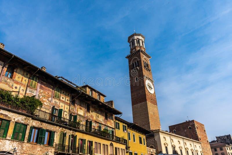Piazzadelle Erbe i den Verona gatan med det Lamberti tornet royaltyfri foto