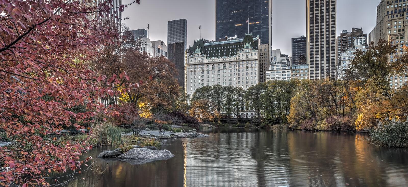Piazzahotel im Herbst lizenzfreies stockfoto
