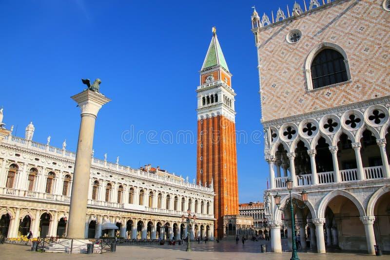 Piazzetta San Marco mit St- Mark` s Glockenturm, Löwe von Venedig-sta stockfotos