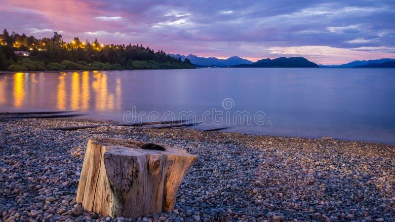 PIC da noite na praia de Playa Bonita no lago nahuel Huapi em Bariloche Patagonia argentino imagens de stock