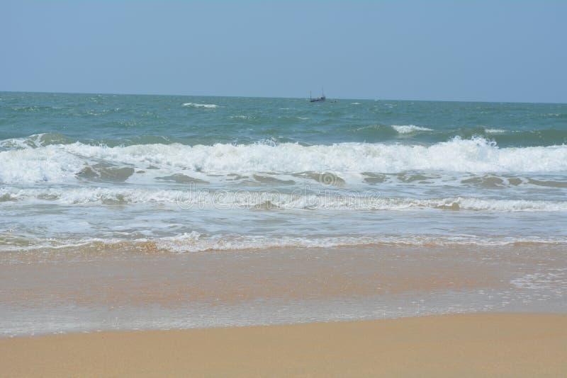 Pic della spiaggia con cielo blu e la bella sabbia immagine stock
