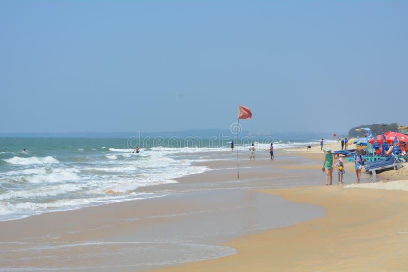 Pic della spiaggia con cielo blu e la bella sabbia fotografia stock