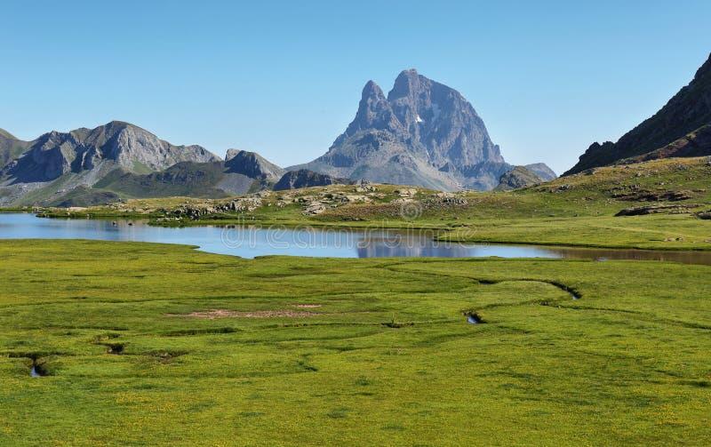 Pic du密地d反射在Anayet湖,西班牙语比利牛斯,阿拉贡,西班牙的Ossau 免版税库存照片