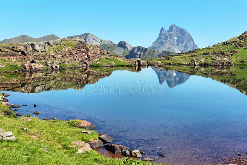 Pic du Midi d Ossau, das im Anayet See, Spanisch Pyrenäen, Aragonien, Spanien sich reflektiert stockfotografie
