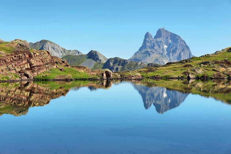 Pic du Midi d Ossau, das im Anayet See, Spanisch Pyrenäen, Aragonien, Spanien sich reflektiert stockbilder
