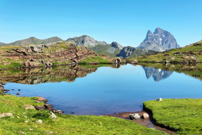 Pic du Midi d Ossau, das im Anayet See, Spanisch Pyrenäen, Aragonien, Spanien sich reflektiert stockbild