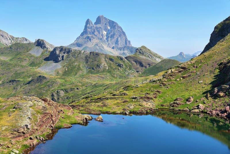 Pic du Midi d Ossau de la meseta de Anayet en español los Pirineos, España fotografía de archivo libre de regalías