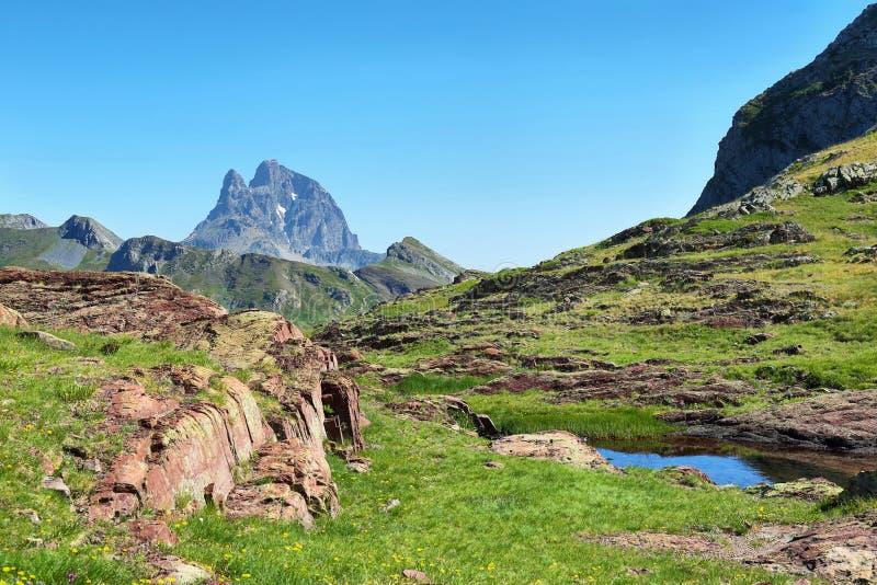 Pic du Midi d Ossau de la meseta de Anayet en español los Pirineos, España foto de archivo libre de regalías