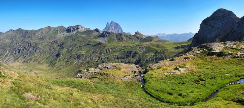 Pic du Midi d Ossau de la meseta de Anayet en español los Pirineos, España fotografía de archivo