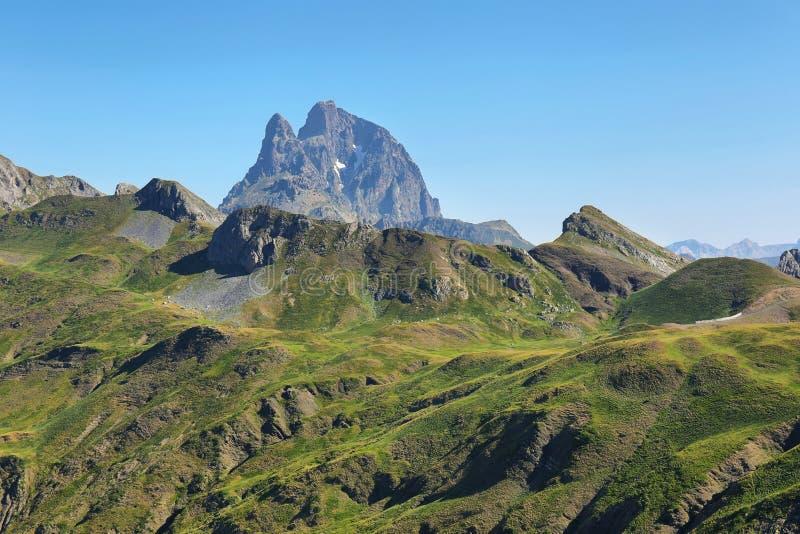 Pic du Midi D Ossau van Anayet-plateau in de Spaanse Pyreneeën, Spanje stock foto