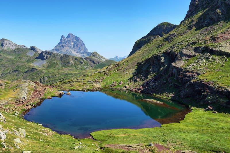 Pic du Midi d Ossau von Anayet-Hochebene auf spanisch Pyrenäen, Spanien lizenzfreies stockbild